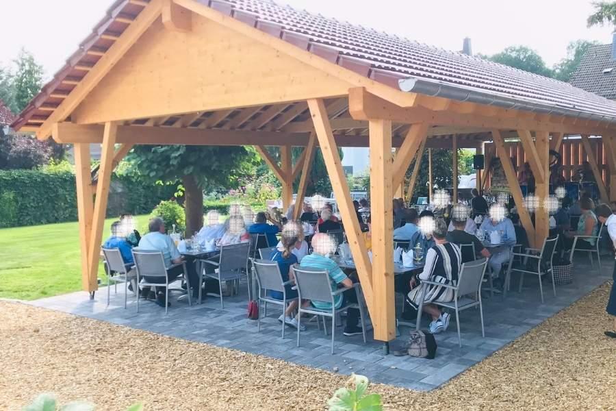 Blütenhotel Biergarten 900x600